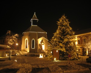 Image Source: http://upload.wikimedia.org/wikipedia/commons/8/86/Gloggnitzer_Hauptplatz_im_Advent_mit_Christbaum.jpg